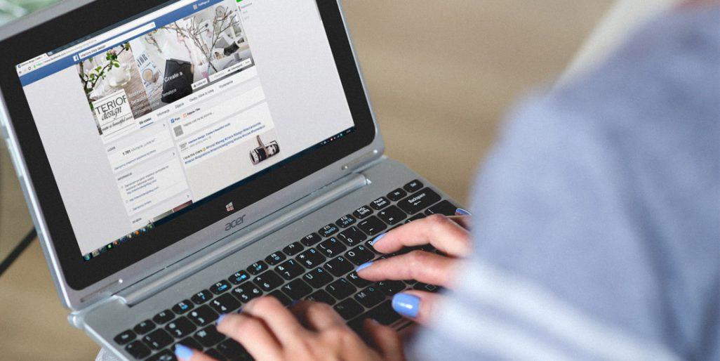 Ilustrační fotografie slečny s počítačem na klíně.