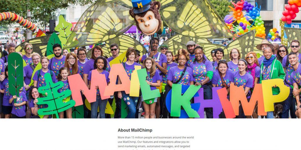 Barevná a kontrastní skupinová fotografie lidí z Mailchimpu.