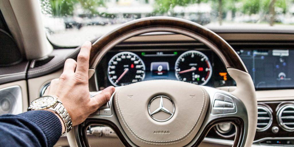 Fotografie Mercedesu symbolizující luxus.